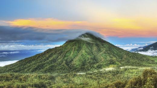 Indonesien har flera häftiga vulkaner att bestiga eller beskåda